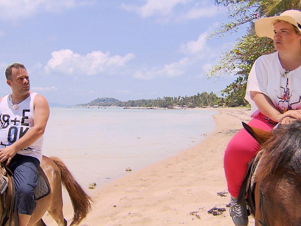 Beate und Mario am Strand in Thailand