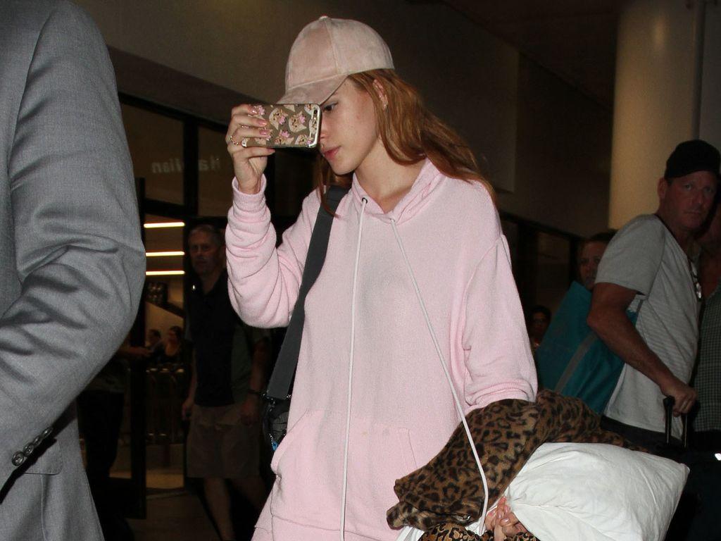 Bella Thorne am Flughafen von Los Angeles