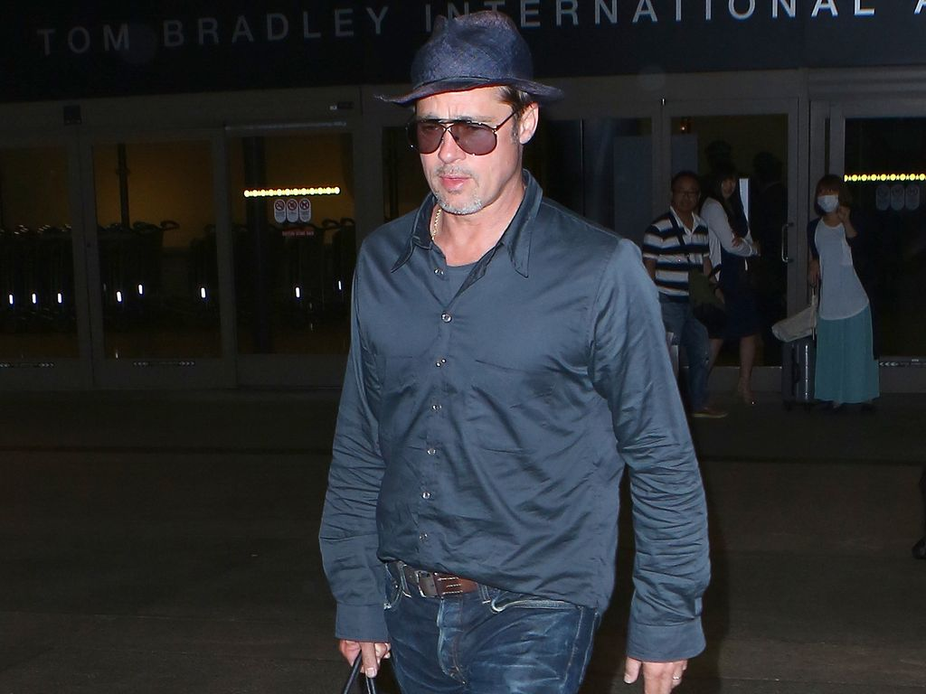 Brad Pitt vor dem Flughafen in Los Angeles