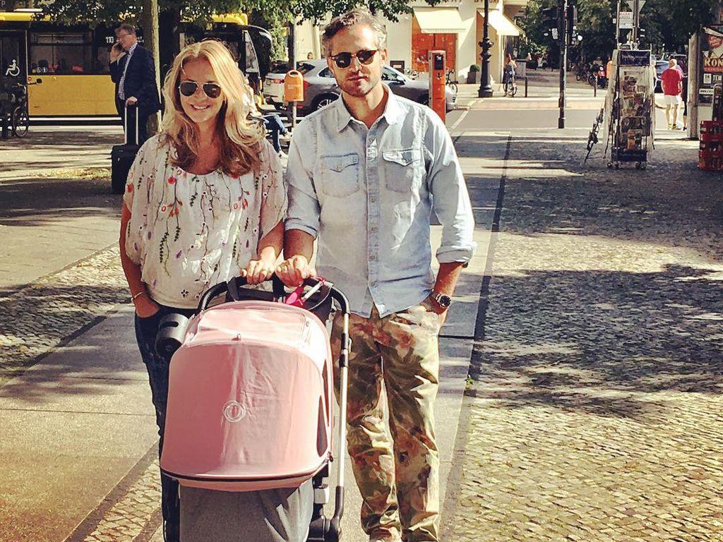 Caroline Beil und Philipp Sattler mit Tochter Ava