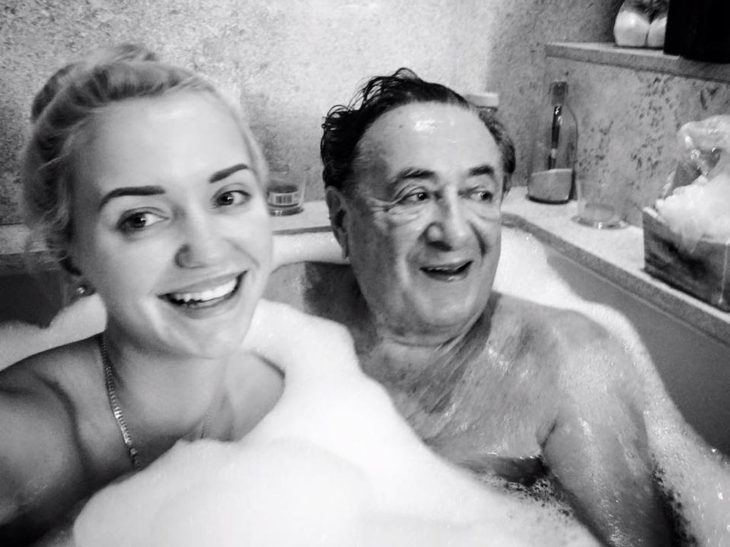 Cathy und Richard Lugner in der Badewanne