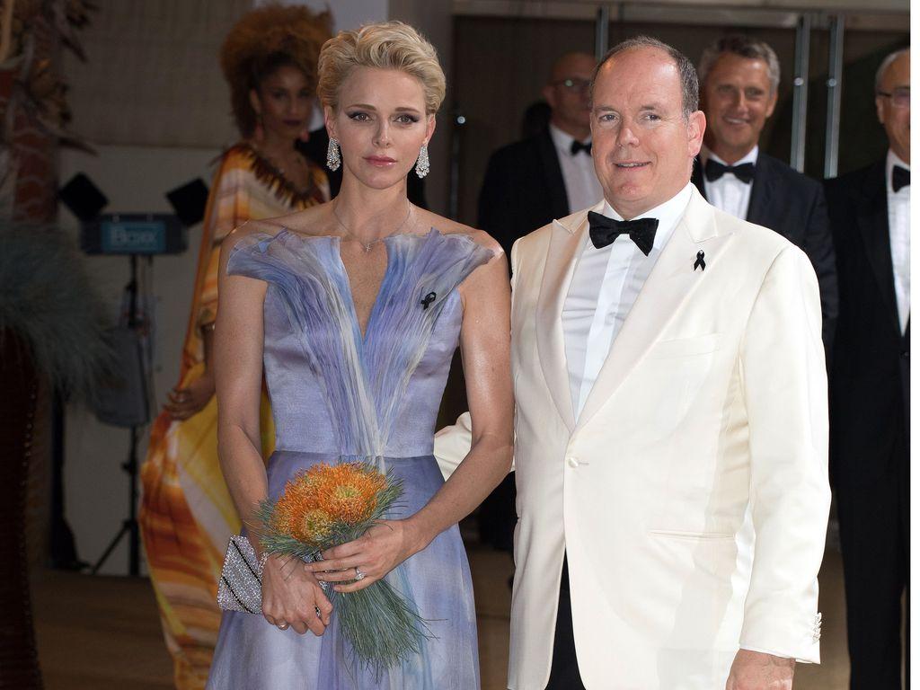 Fürstin Charléne und Fürst Albert von Monaco beim Rotkreuzball in Monte Carlo