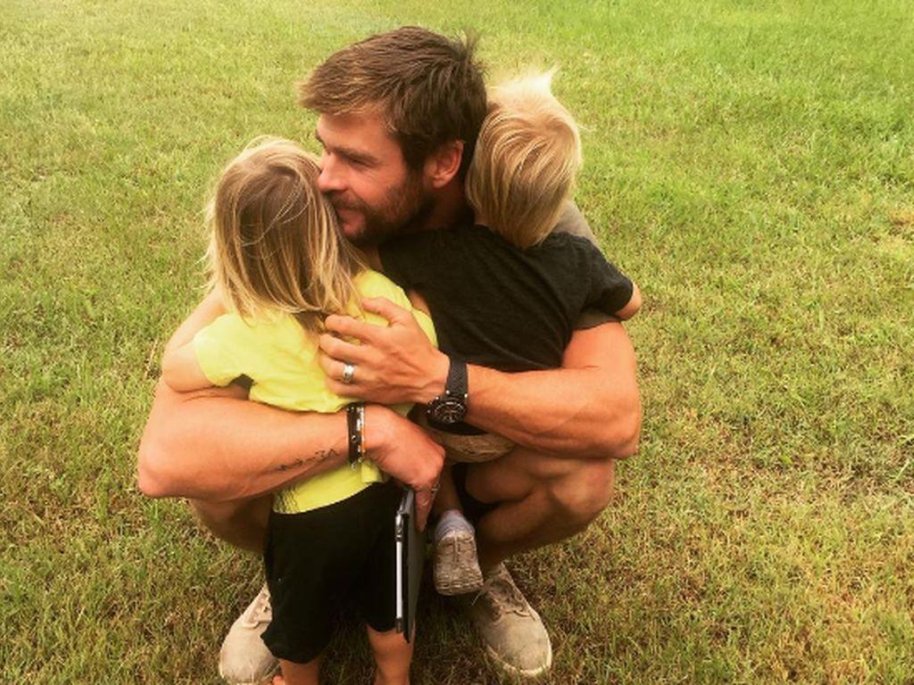 Chris Hemsworth mit seinen Zwillingen