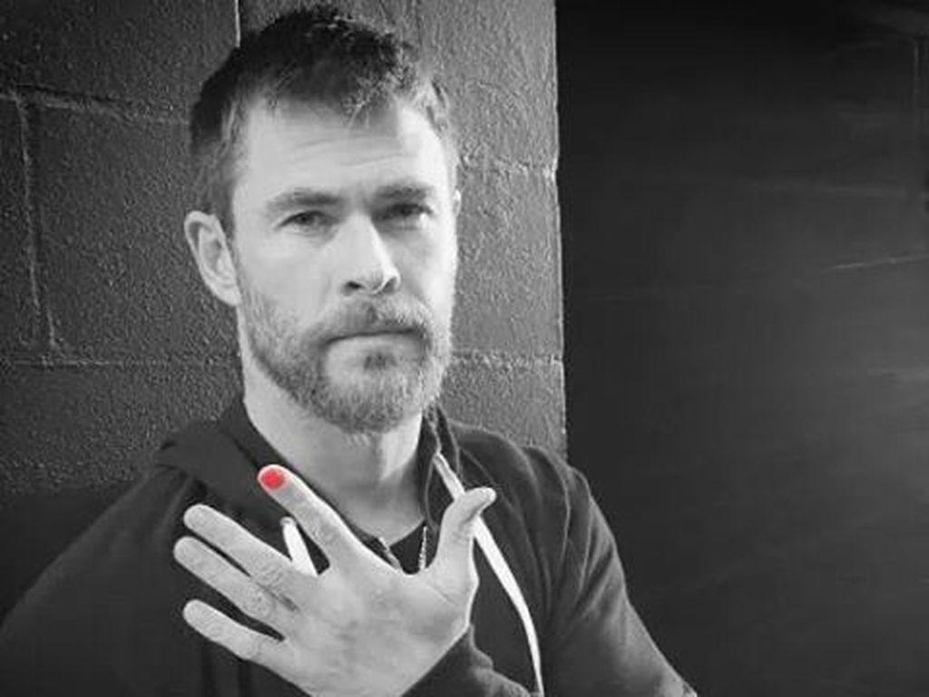 Chris Hemsworth mit rotem Nagel wegen einer Spendenaktion