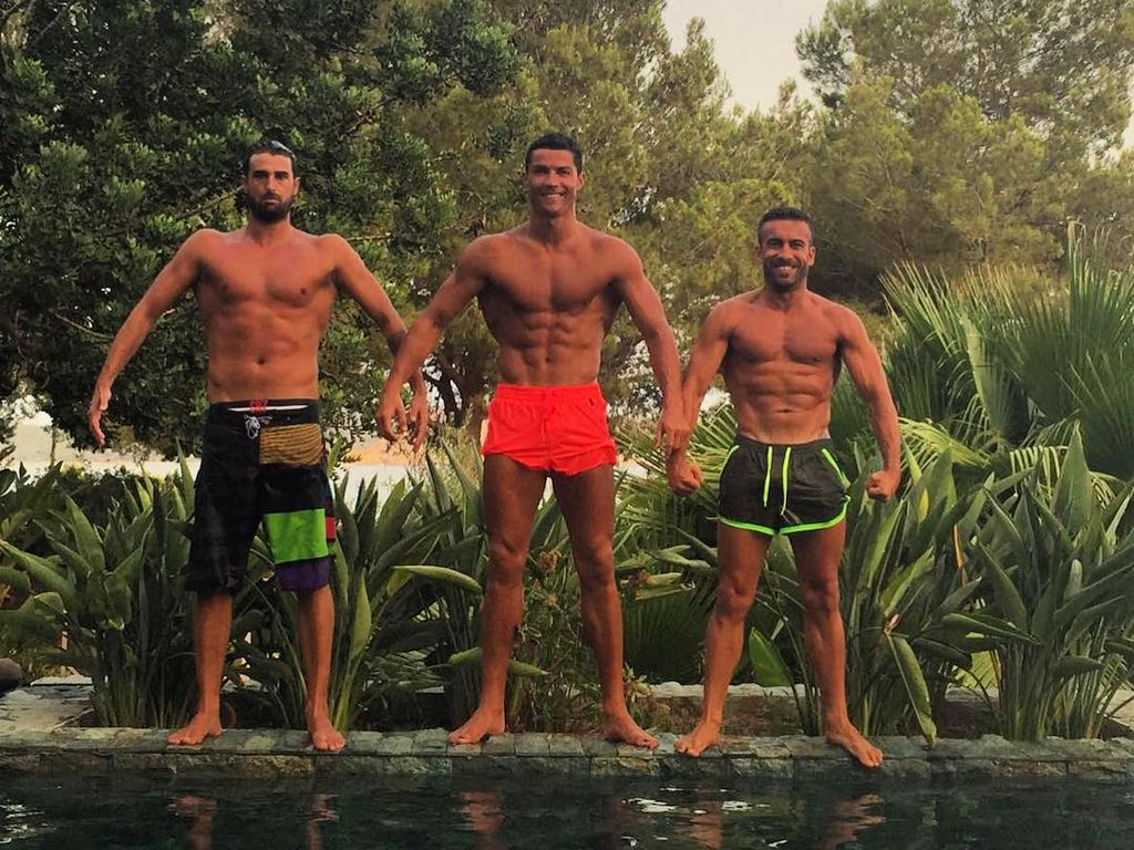 Cristiano Ronaldo im Urlaub mit zwei Freunden