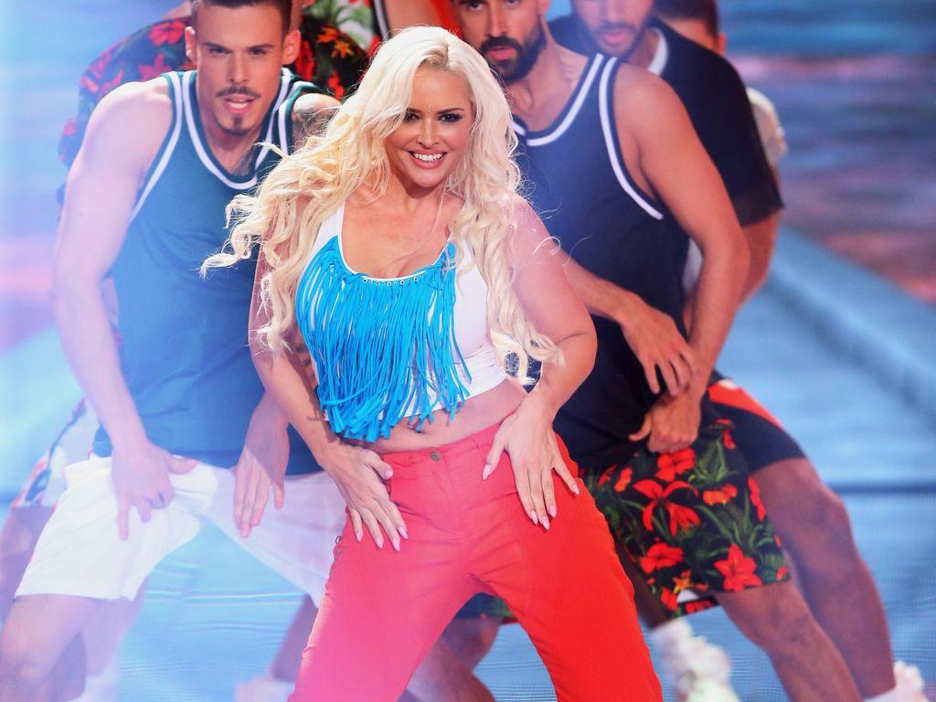 """Daniela Katzenberger als Christina Aguilera in einer Szene von """"Dance Dance Dance"""""""