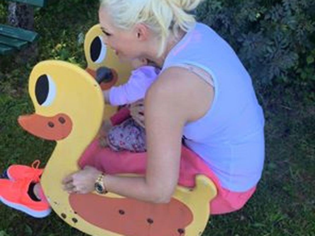Daniela Katzenberger mit ihrer Tochter auf dem Spielplatz