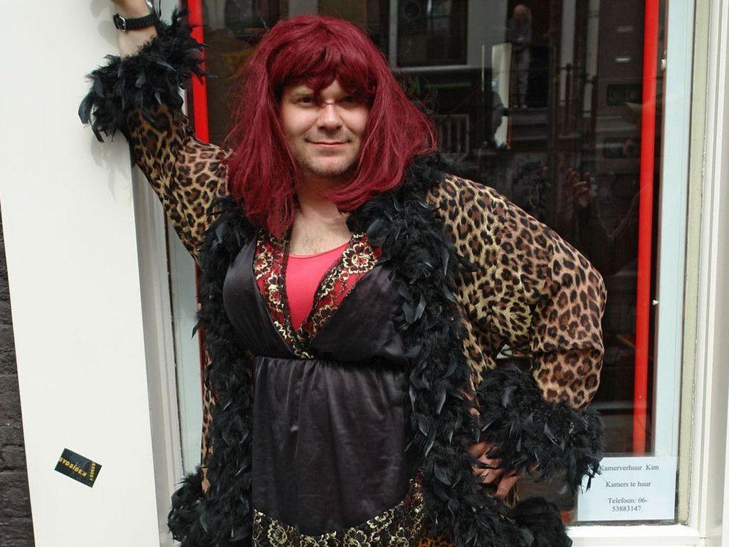 Elton geht als Frau anschaffen in Holland! | Promiflash.de