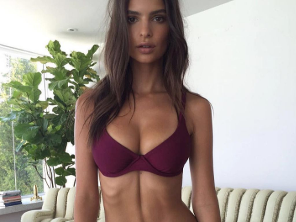 Emily Ratajkowski im roten Bikini