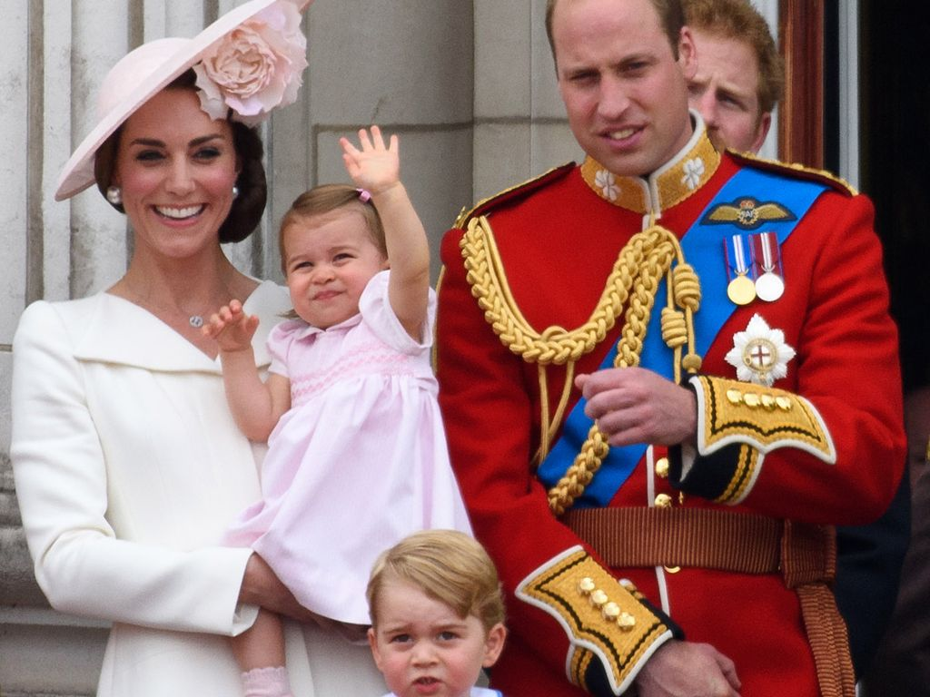 Herzogin Kate, Prinzessin Charlotte, Prinz George und Prinz William im Buckingham Palace