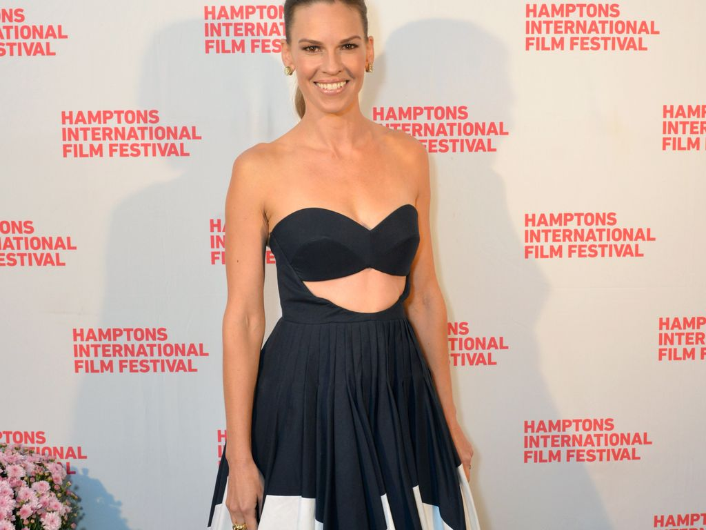 gewagt hilary swank im bikini look zum red carpet. Black Bedroom Furniture Sets. Home Design Ideas