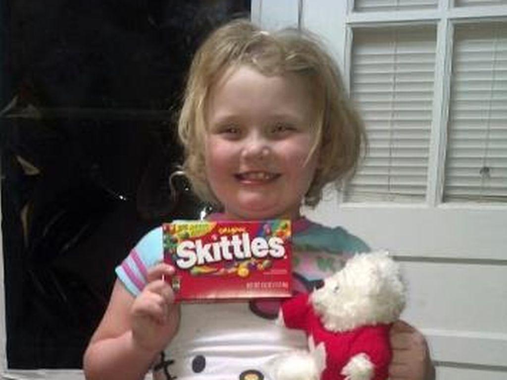 Honey Boo Boo mit Süßigkeiten in der Hand