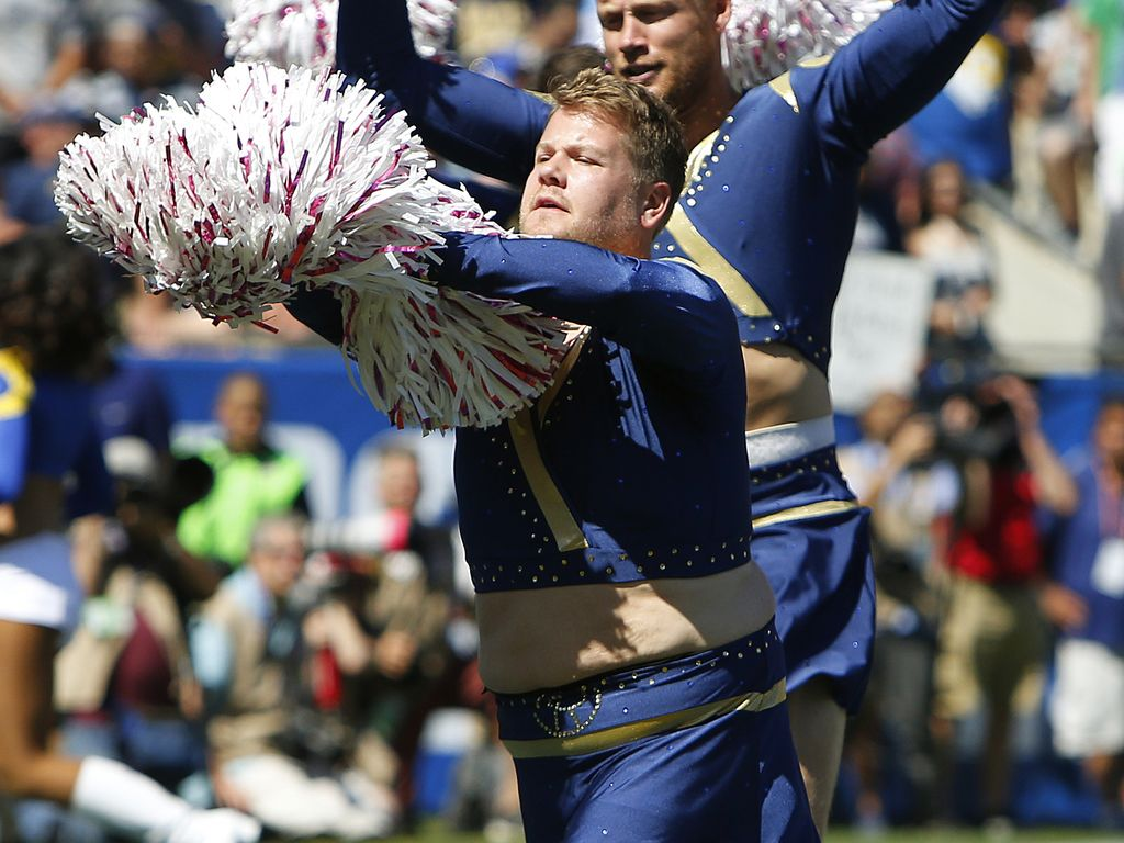 James Corden als Cheerleader