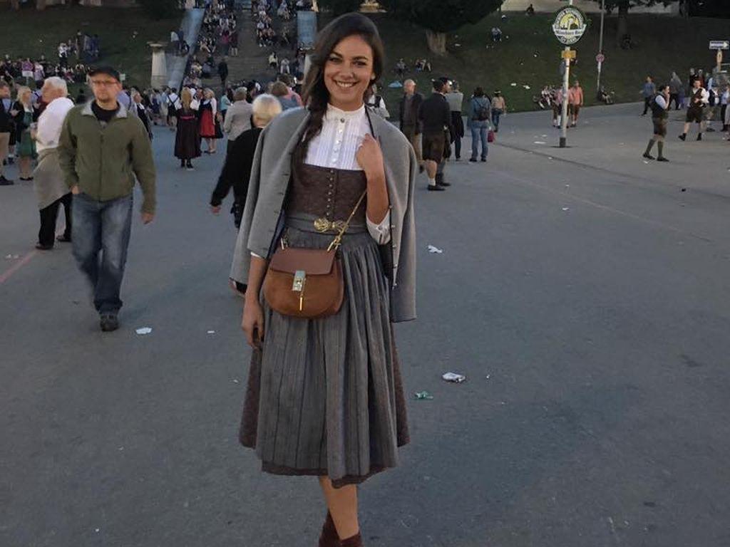 Janina Uhse im Dirndl auf dem Oktoberfest