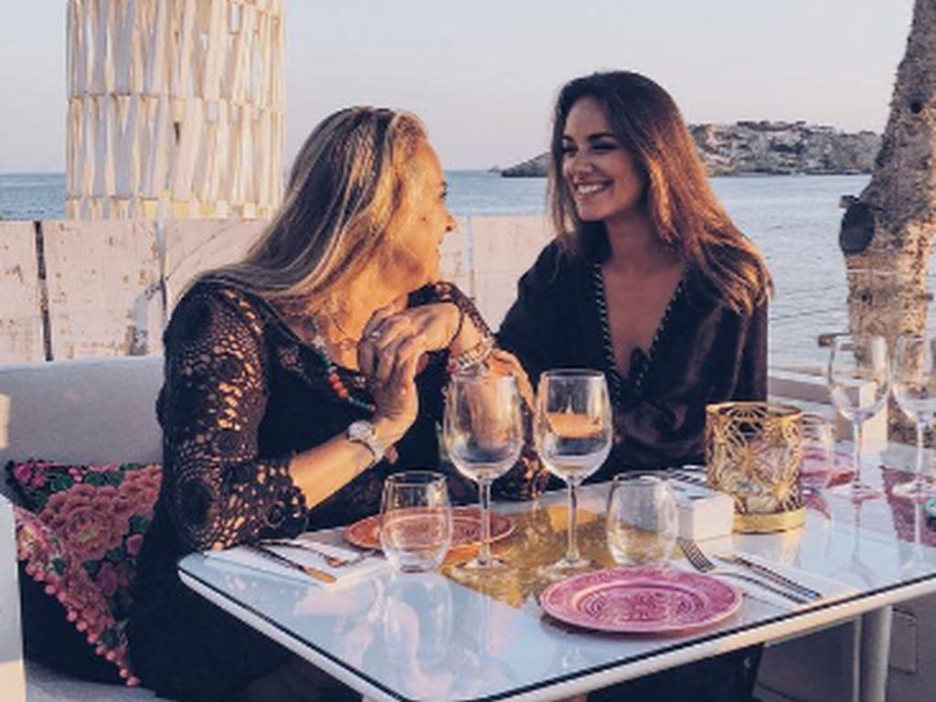 Janina Uhse mit ihrer Mama im Urlaub auf Ibiza