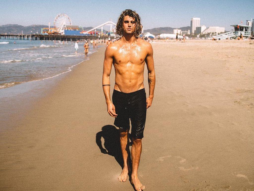 Jay Alvarrez am Strand von Los Angeles