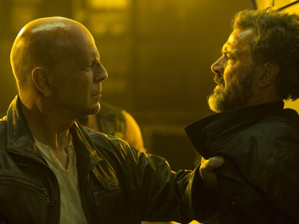 John McClane (Bruce Willis) und Komarov (Sebastian Koch)