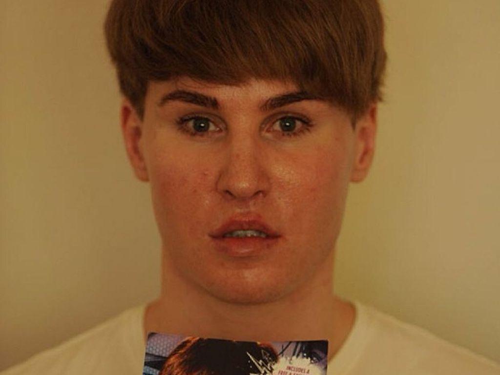 Justin Bieber Double Toby Sheldon mit einem Foto seines Idols