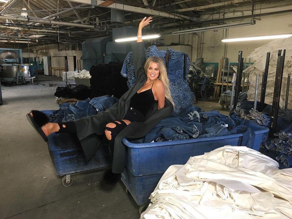 "Khloe Kardashian in der Fabrik ihres Jeanslabels ""Good American"""