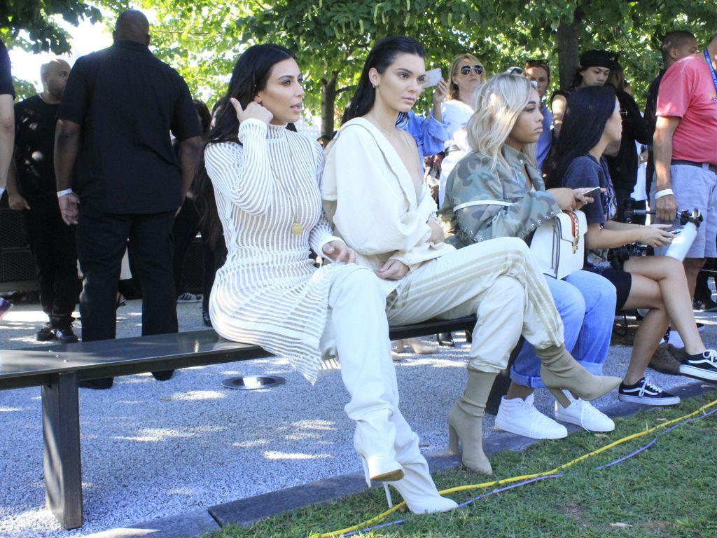 Kim Kardashian und Kylie Jenner bei Kanye Wests Modenschau