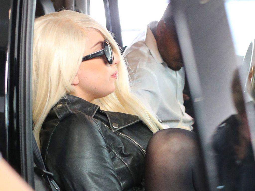 Lady GaGa mit Strumpfhose im Auto