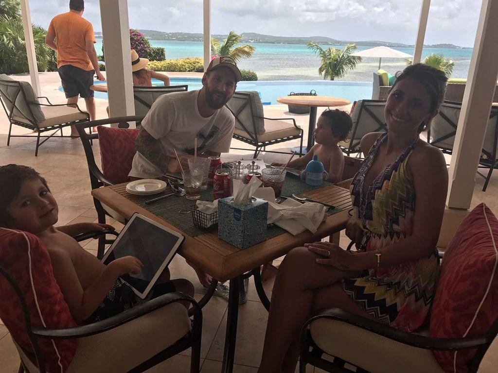 Lionel und Antonella Messi mit ihren Kindern Thiago und Mateo auf Antigua