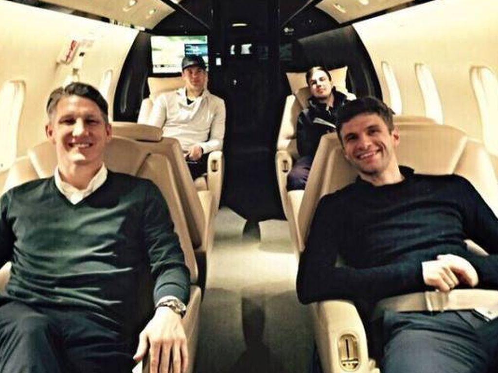 Müller, Schweinsteiger, Neuer und Götze im Flugzeug