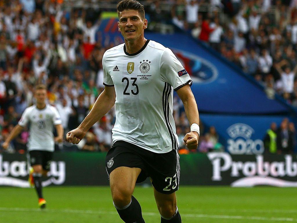 Mario Gomez beim Spiel Nordirland gegen Deutschland bei der Fussball-EM 2016 in Paris