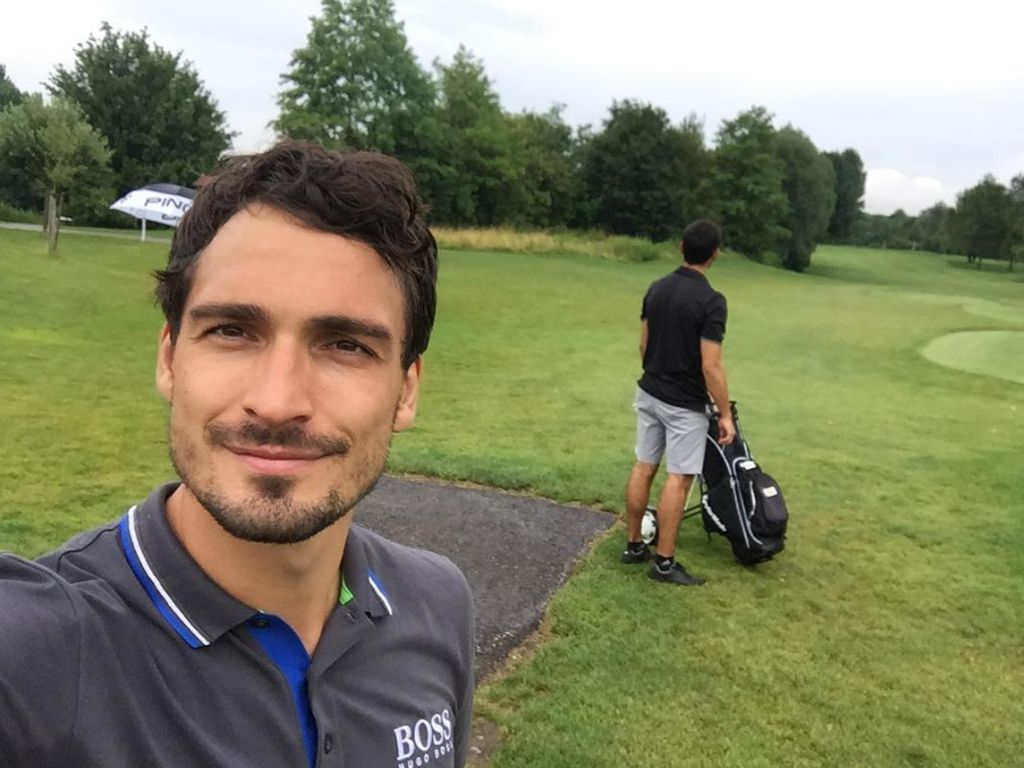 Fußball-Star Mats Hummels mit seinem Bruder beim Golf