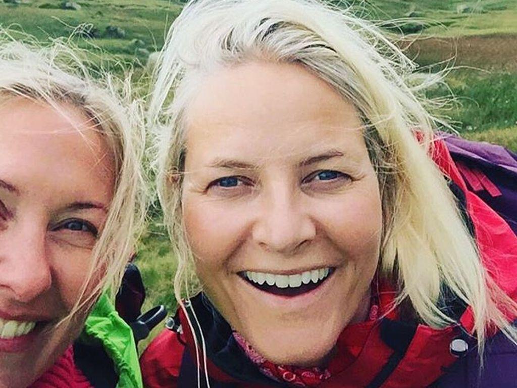 Mette-Marit von Norwegen (rechts im Bild)