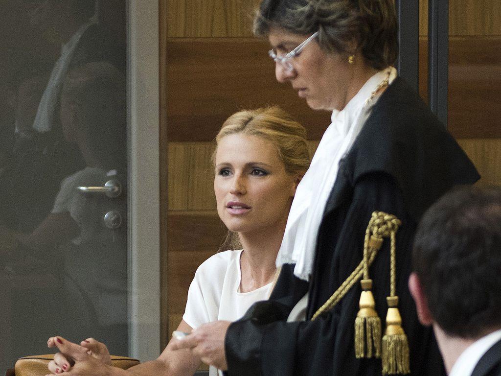 Michelle Hunziker mit ihrer Anwältin im Gerichtssaal in Rimini