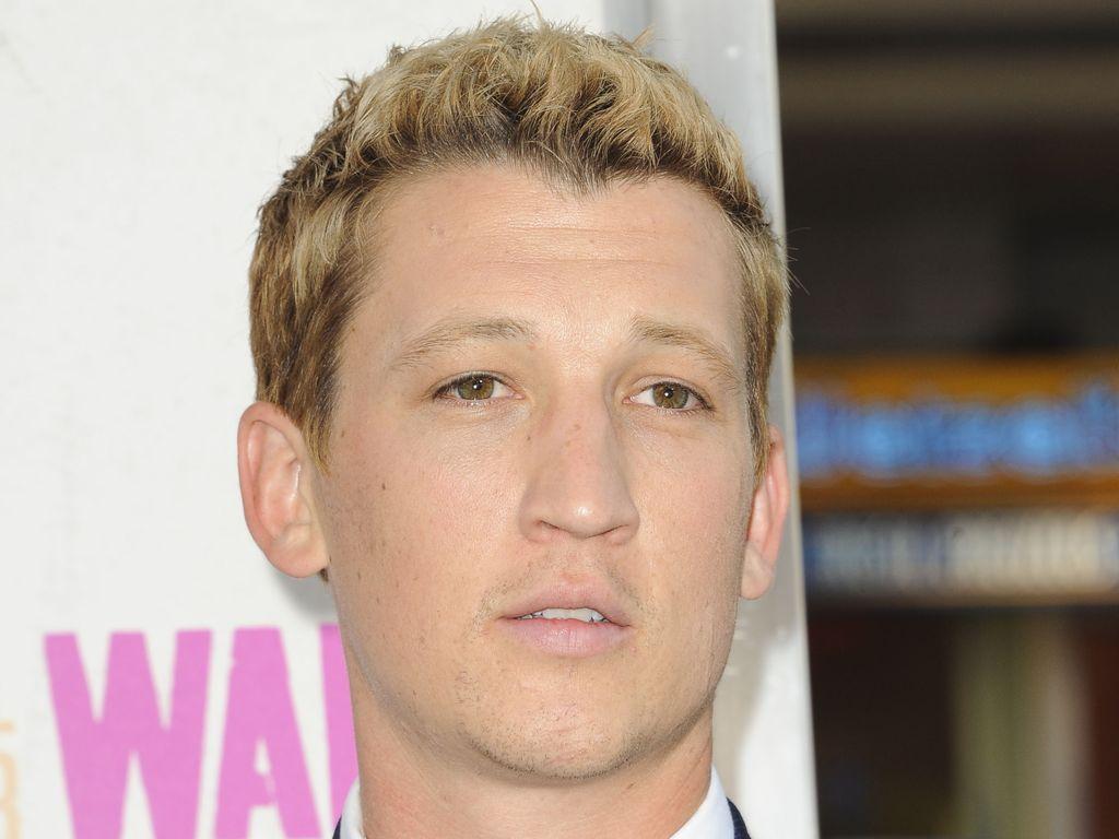 """Miles Teller mit blonden Haaren bei der Premiere von """"War Dogs"""""""