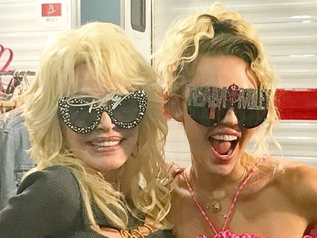 "Miley Cyrus und Dolly Parton am Set von ""The Voice"""