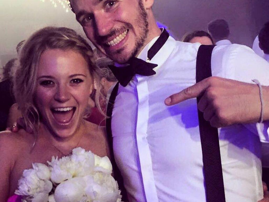 Miriam Gössner & Felix Neureuther mit gefangenem Brautstrauß auf Bastian Schweinsteigers Hochzeit