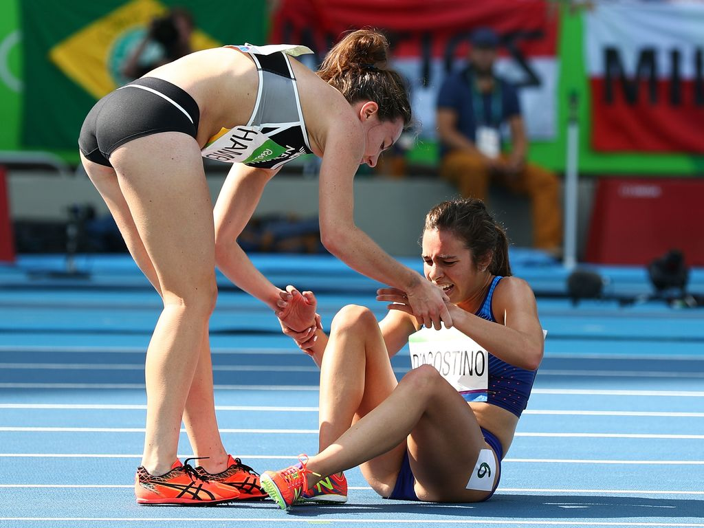 Nikki Hamblin hilft Abbey D'Agostino