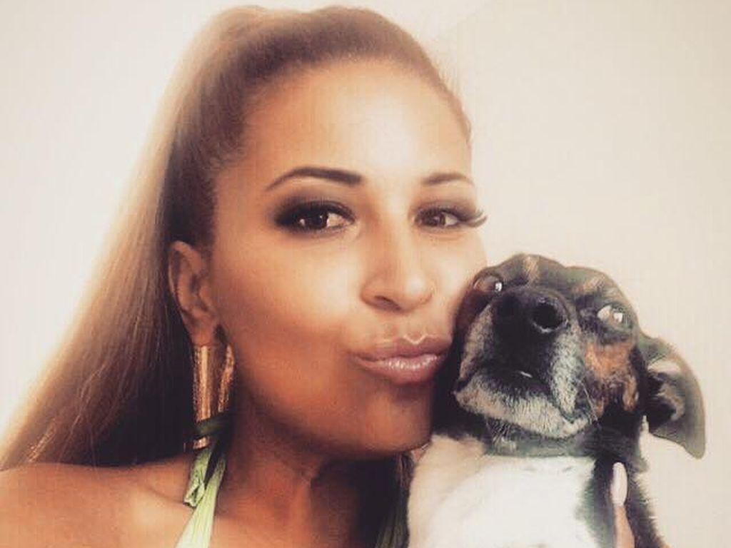 Patricia Blanco mit ihrem Hund Napoleon