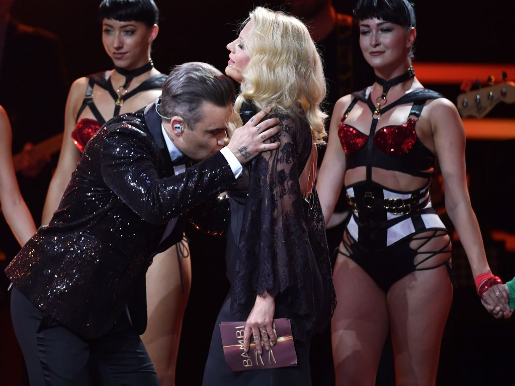 Robbie Williams und Barbara Schöneberger auf der Bühne beim 68. Bambi