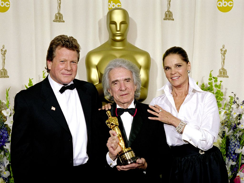 Regisseur Arthur Hiller mit Ali MacGraw (r.) und Ryan O'Neal (l.)