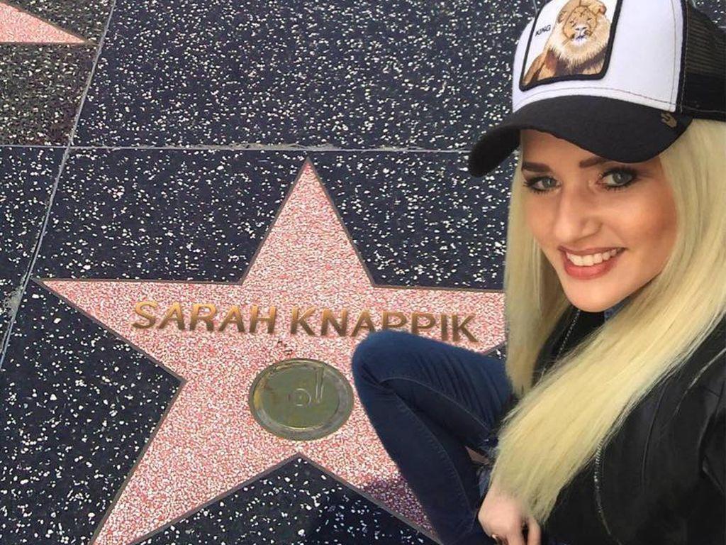 "Sarah Knappik vor einem Fake-Stern auf dem ""Walk of Fame"" in Hollywood"