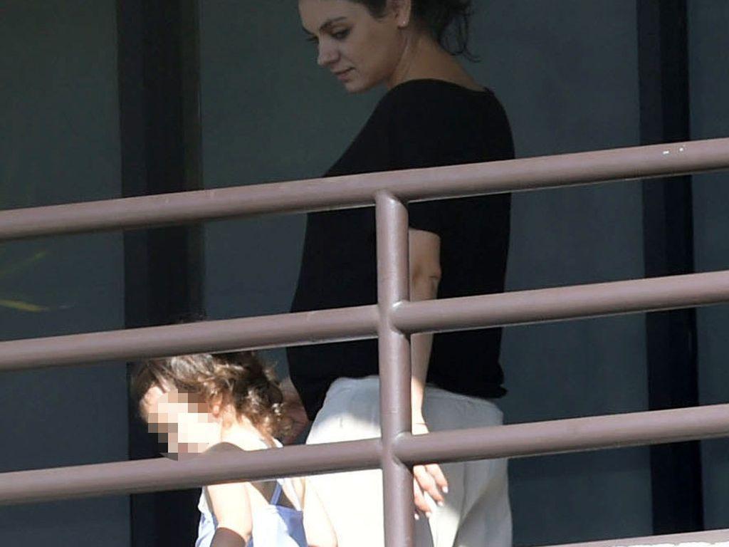 Schwangere Mila Kunis mit Töchterchen Wyatt