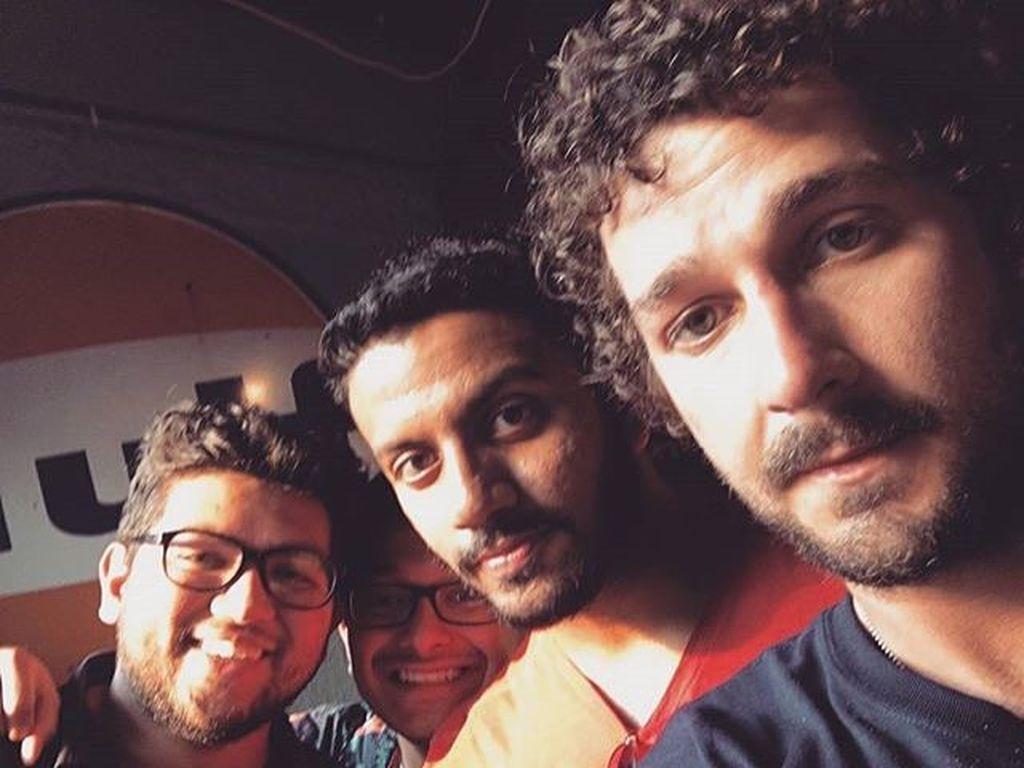 Shia LaBeouf mit Fans bei seiner Anhalter-Kunstaktion