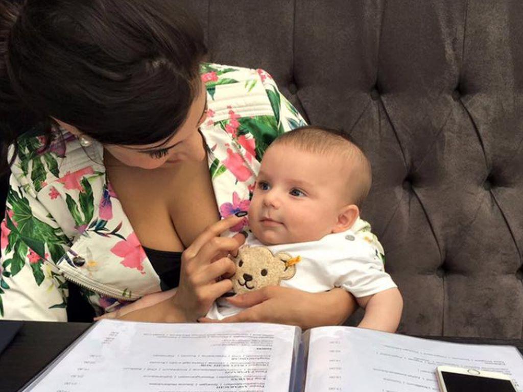Tanja Tischewitsch in einem Restaurant mit Baby Ben