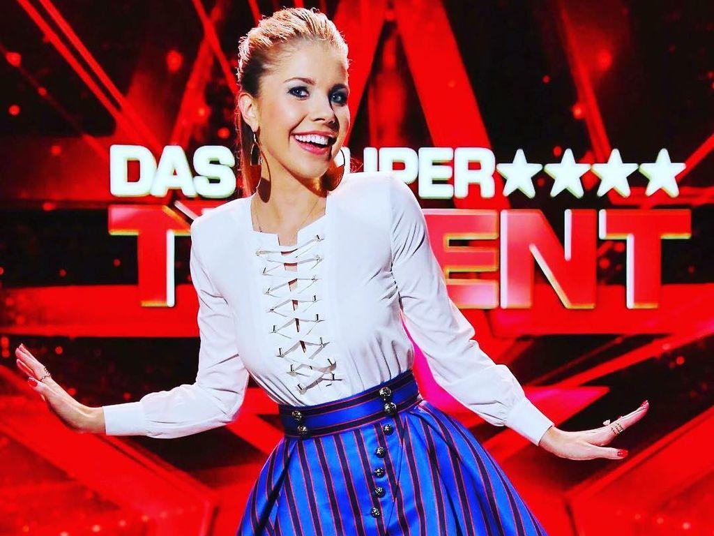 Victoria Swarovski strahlend vor dem Supertalent-Hintergrund