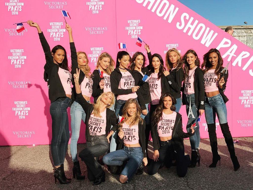 Victoria's Secret Models beim Boarding nach Paris