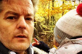André Dietz beim Spaziergang mit seiner Tochter