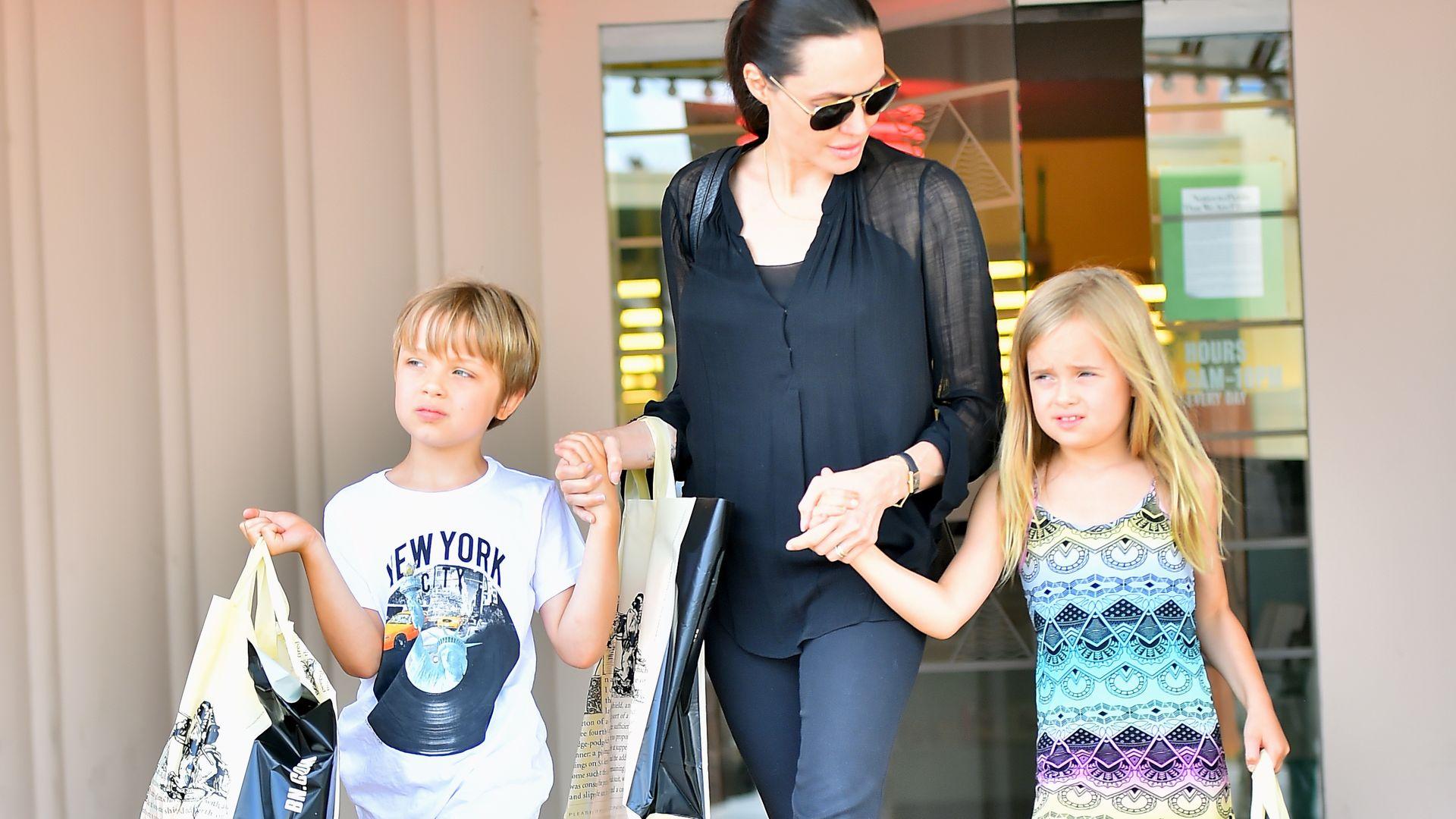 Leseratten: Angelina Jolie und ihre Twins stürmen Buchladen ...