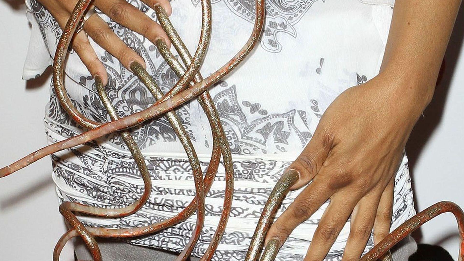 Sängerin hat die längsten Fingernägel der Welt | Promiflash.de