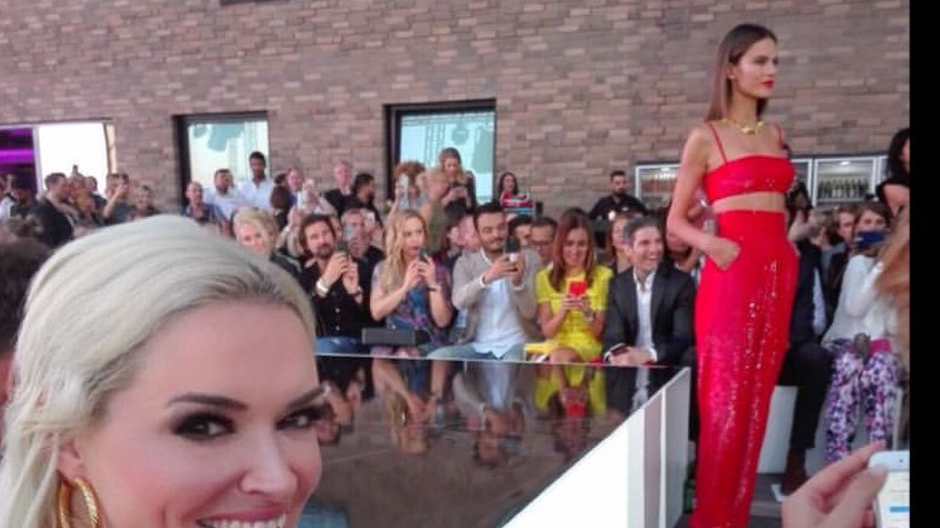 hot sale online aa4dc 30a57 Alessandra Ambrosio bei Fashion Week: Promi-Ladys im Fanmode ...