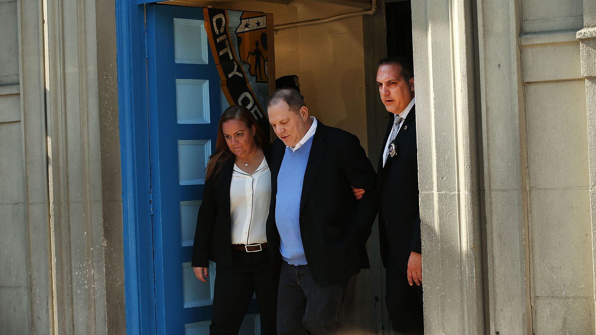 In-Handschellen-Harvey-Weinstein-offiziell-angeklagt-