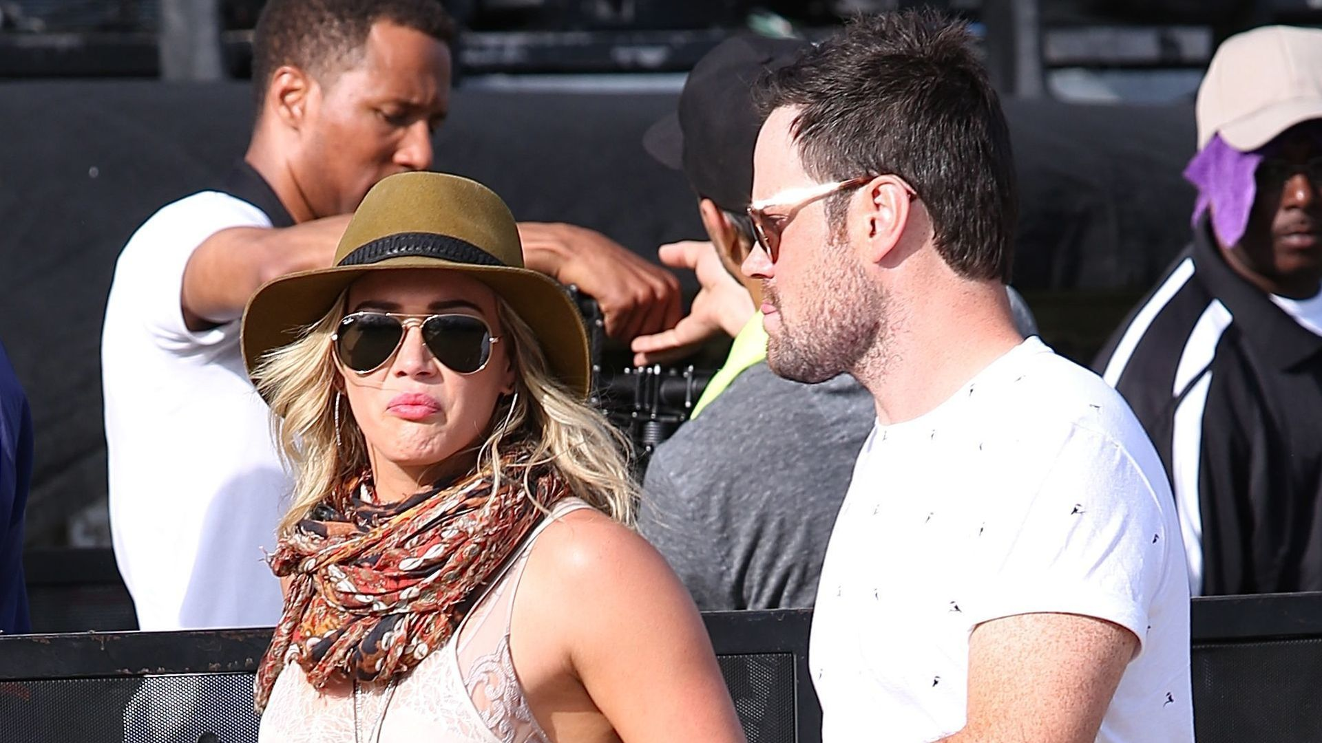 coachella flirt hilary duff ist mit ex unterwegs. Black Bedroom Furniture Sets. Home Design Ideas